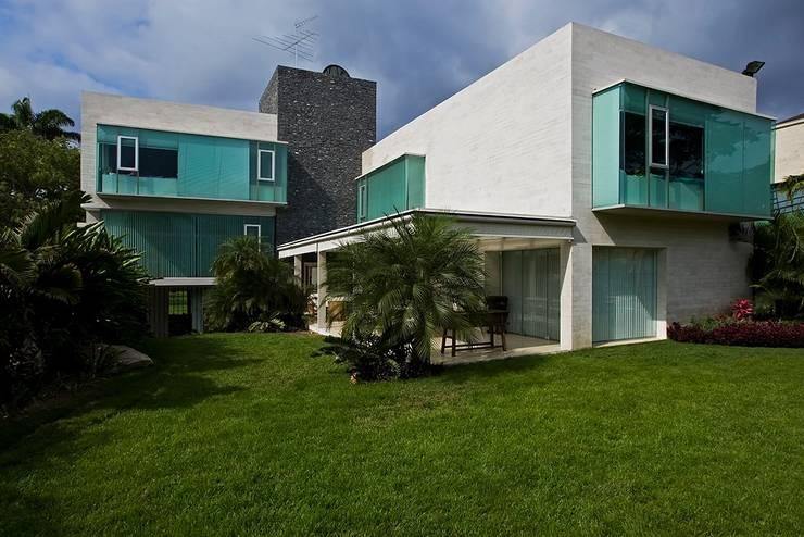 Casa MR: Jardines de estilo  por oda - oficina de arquitectura