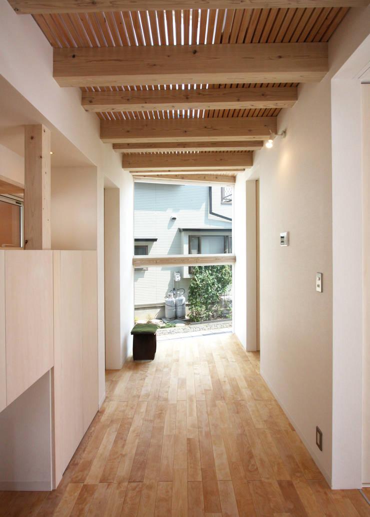 I-house: クコラボ一級建築士事務所が手掛けた廊下 & 玄関です。