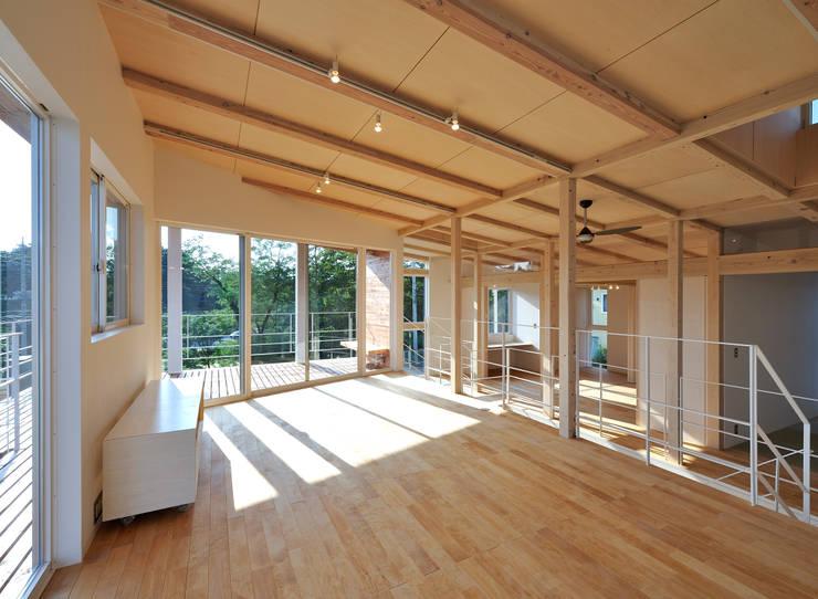 I-house: クコラボ一級建築士事務所が手掛けたリビングです。