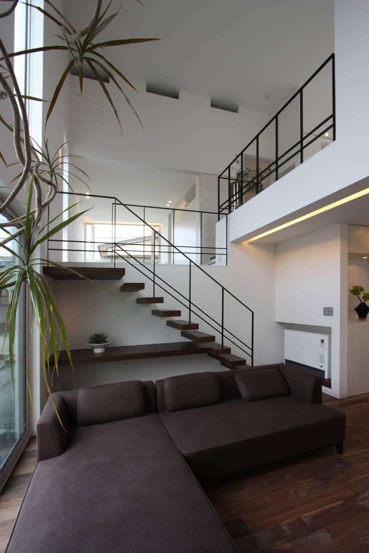 K-house: クコラボ一級建築士事務所が手掛けたリビングです。,
