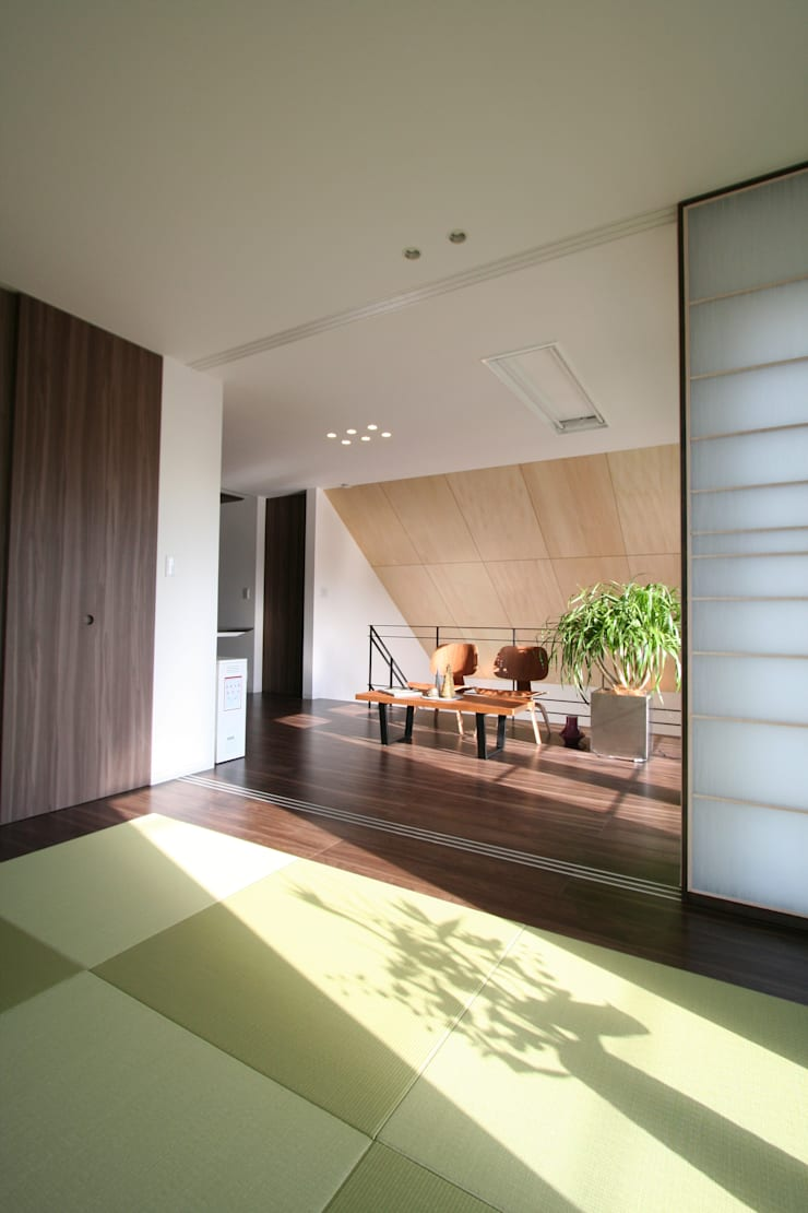 Livings de estilo  por クコラボ一級建築士事務所, Ecléctico