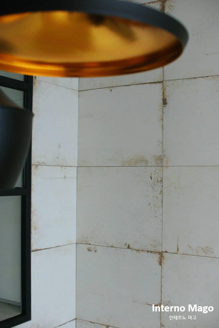 강남구 아파트: 인테르노 마고(Interno Mago)의  벽,모던