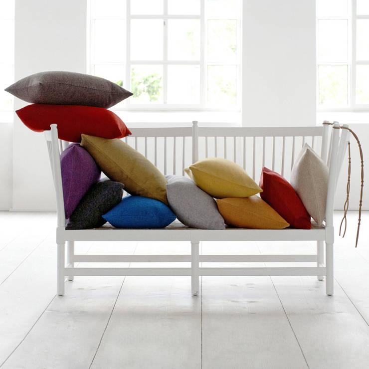 Stilvolle Couchbegleiter - Kissen: moderne Wohnzimmer von Fiolini