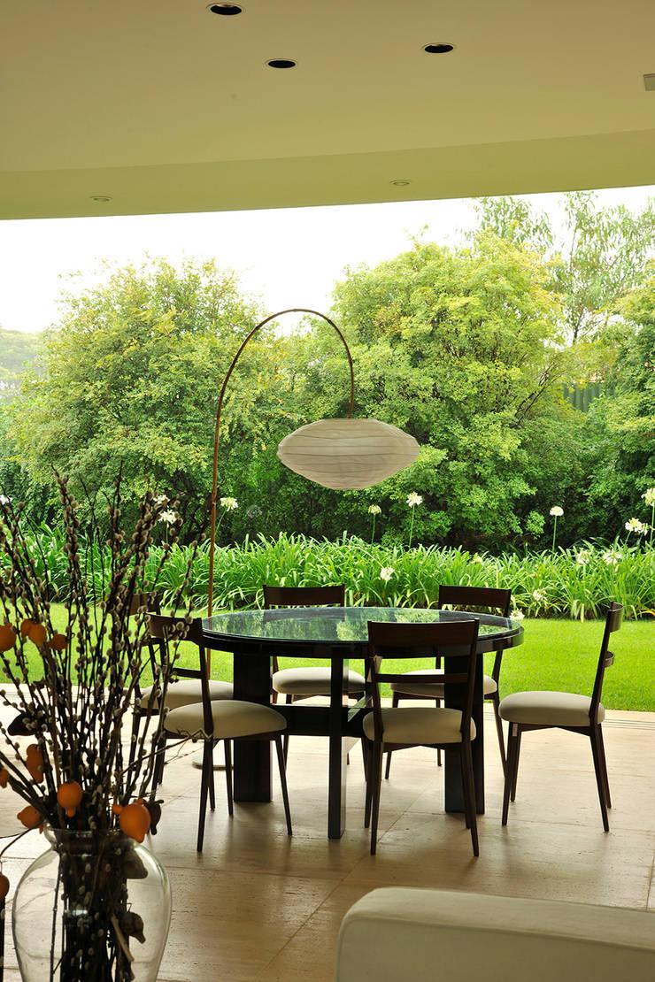 Residência VD: Salas de jantar  por isis chaulon arquitetura