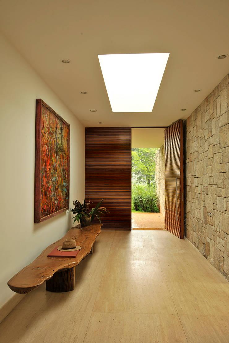 Residência VD: Corredores e halls de entrada  por isis chaulon arquitetura