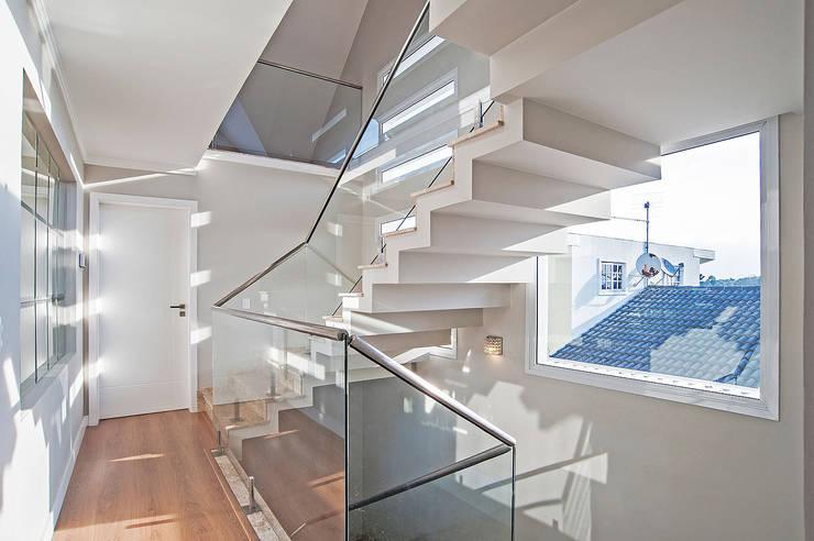 Casa 581: Corredores e halls de entrada  por Patrícia Azoni Arquitetura + Arte & Design