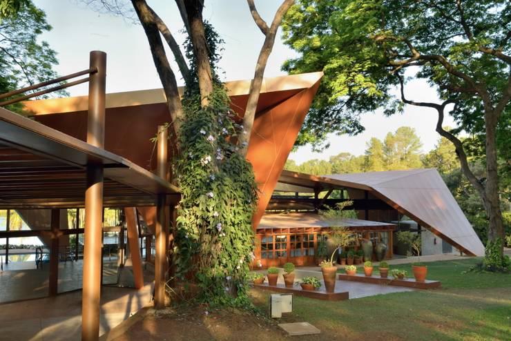 Mansão Galo Bravo: Locais de eventos  por Barillari Arquitetura