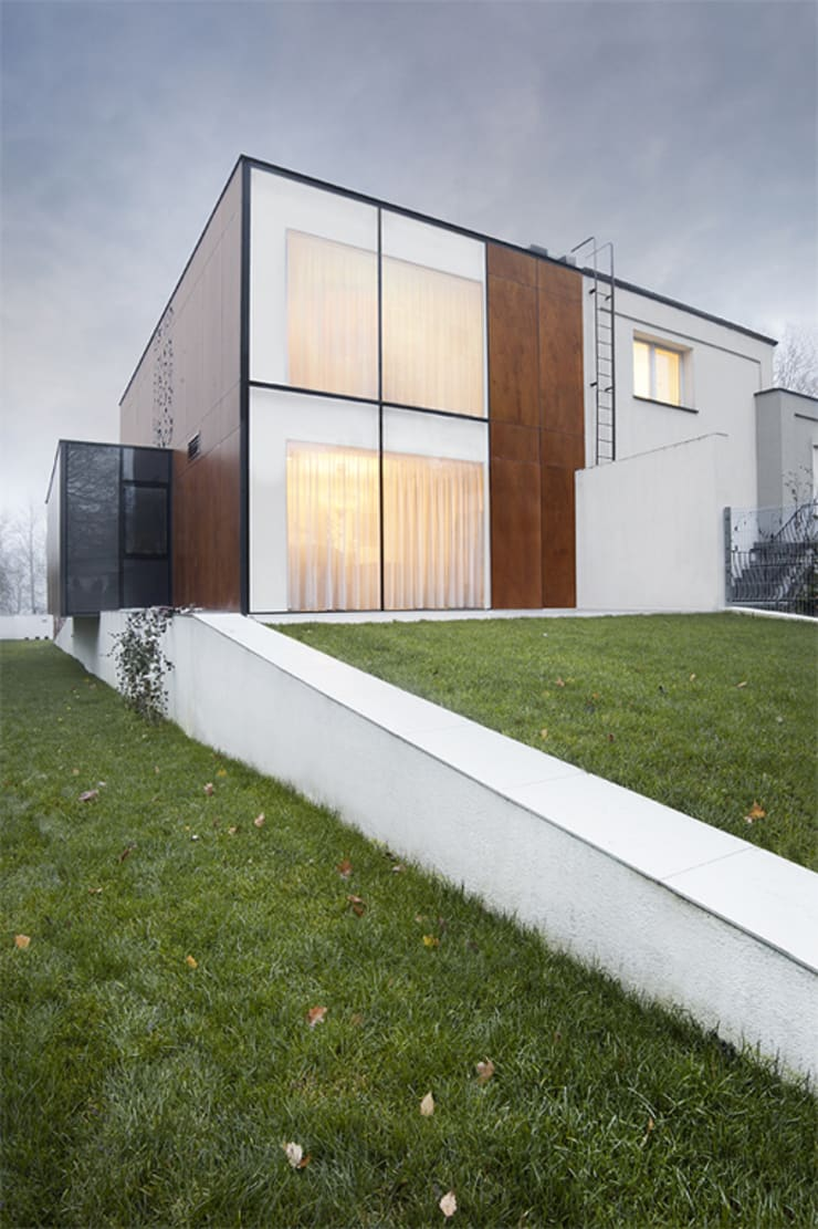 DOM Z WYCINANKĄ, PL+: styl nowoczesne, w kategorii Domy zaprojektowany przez PL+sp. z o.o.