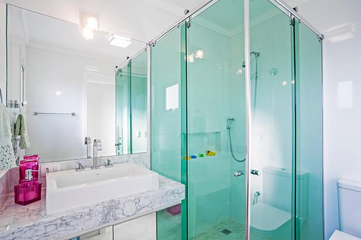 Bathroom by Patrícia Azoni Arquitetura + Arte & Design