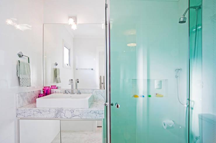 Banheiro Filha : Banheiros modernos por Patrícia Azoni Arquitetura + Arte & Design