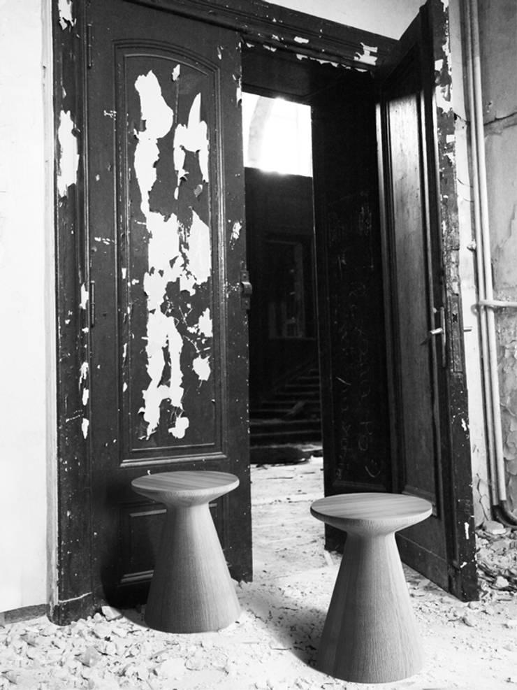 PIENIEK stołek toczony z drewna dębowego: styl , w kategorii  zaprojektowany przez Iwona Kosicka Design,Minimalistyczny Drewno O efekcie drewna