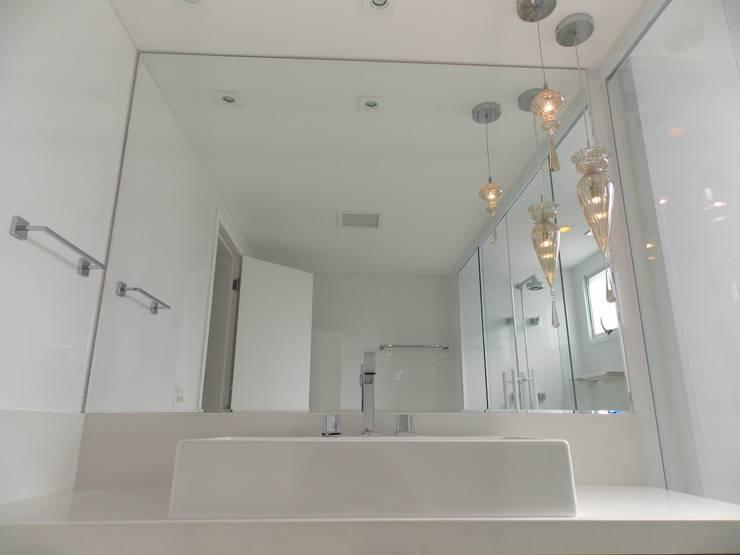 Apartamento A+R: Banheiros  por Tiago Rocha Interiores