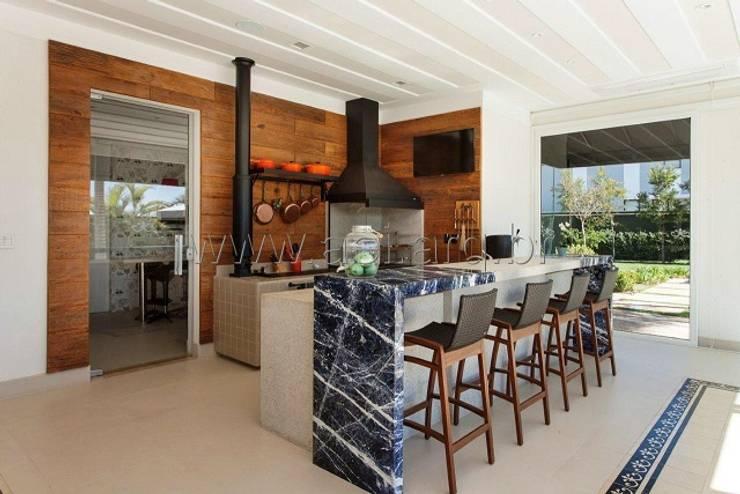 Espaço Gourmet com fogão à lenha e churrasqueira: Cozinhas  por aei arquitetura e interiores,