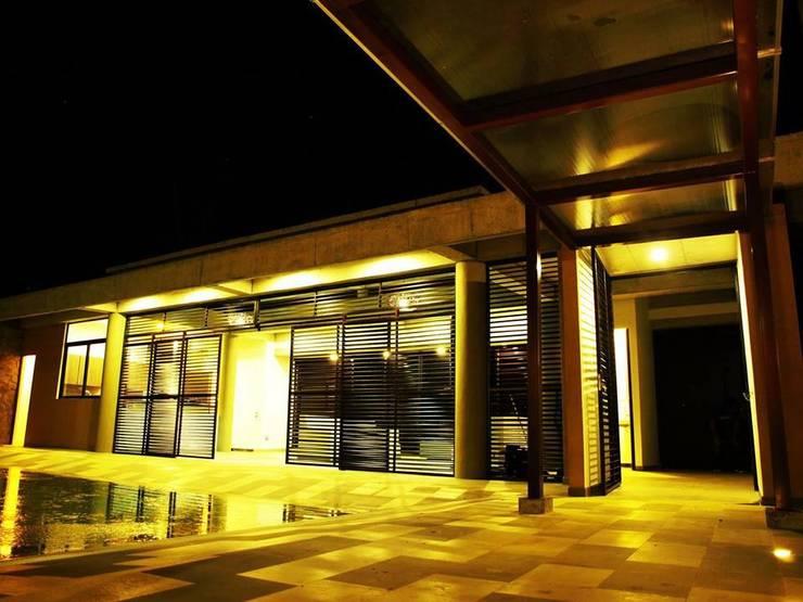 CASA PAYANDE: Casas de estilo moderno por vermelho arquitectos