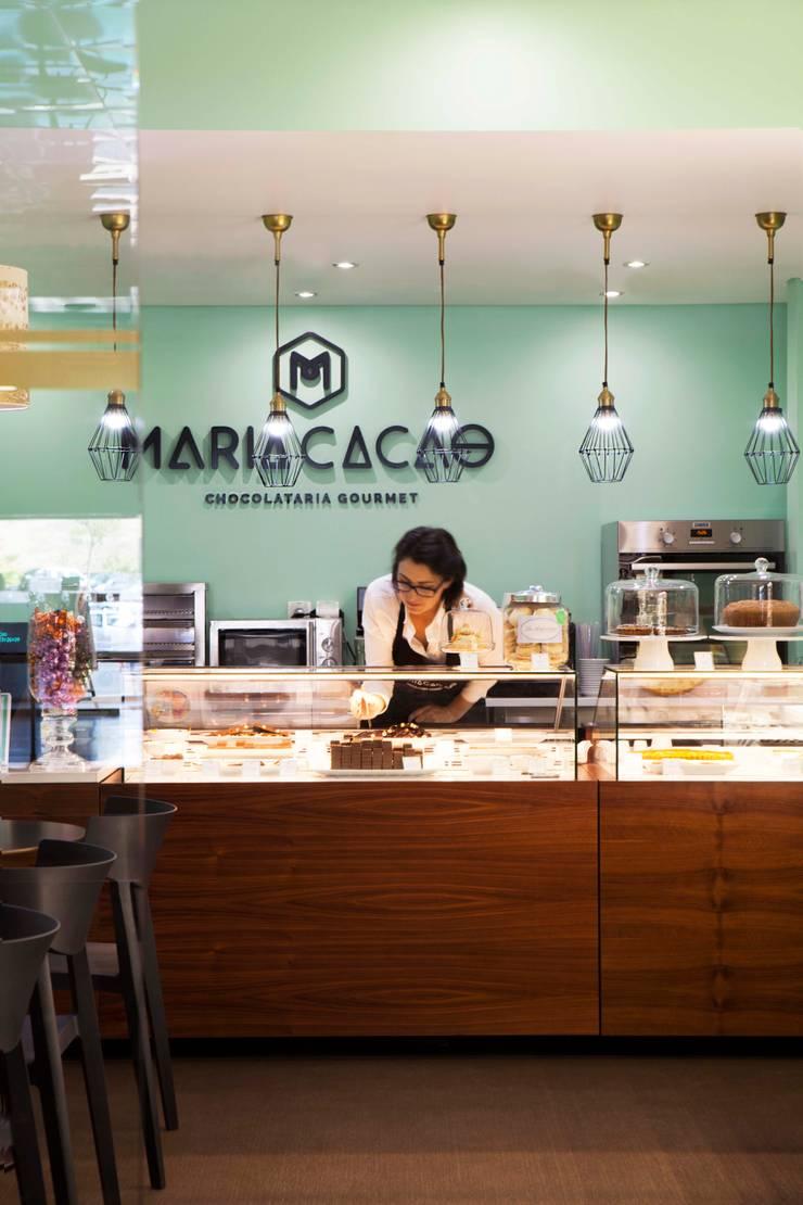 CHOCOLATE GOURMET: Lojas e espaços comerciais  por Spacemakers,Moderno