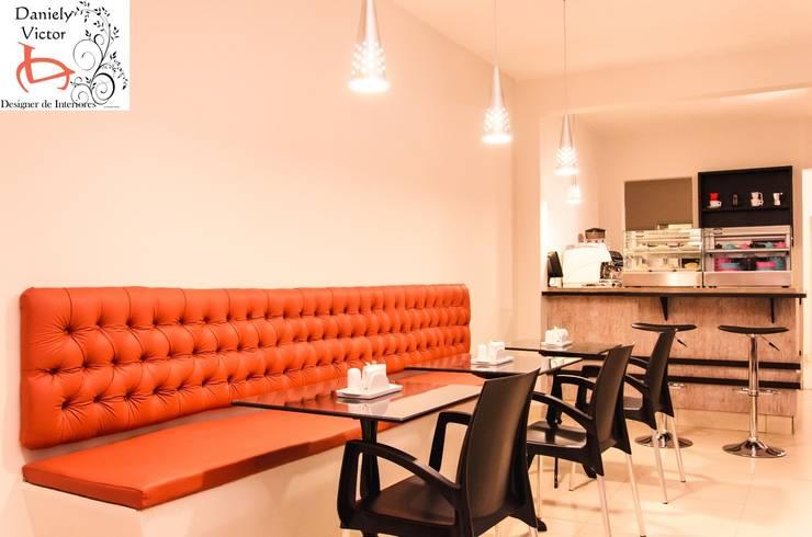 Detalhe do sofá em captone: Espaços gastronômicos  por Daniely Victor - Designer de Interiores