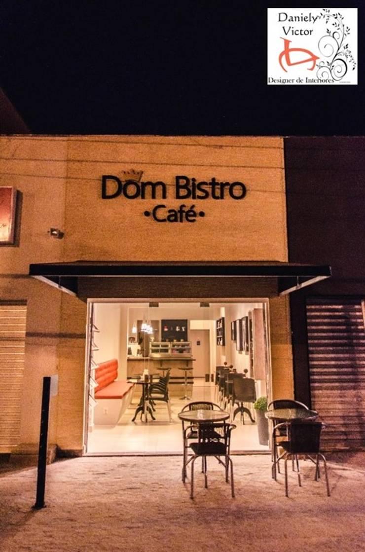 """Faixada realizada em tons claros """" canjiquinha"""" para destacar a cor do letreiro.: Espaços gastronômicos  por Daniely Victor - Designer de Interiores"""