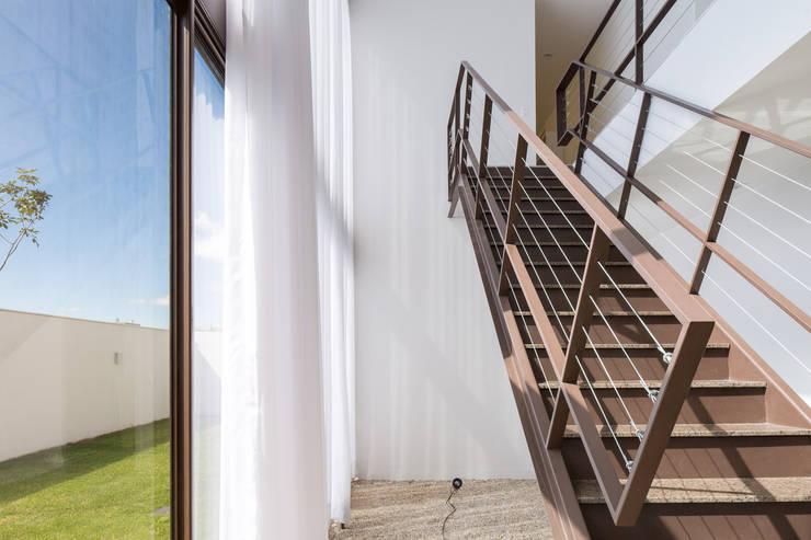 Casa R&D - Esquadra Arquitetos + Yi arquitetos: Corredores e halls de entrada  por Joana França,Moderno