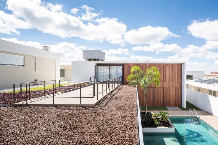 Casa R&D - Esquadra Arquitetos + Yi arquitetos: Casas  por Joana França,Moderno