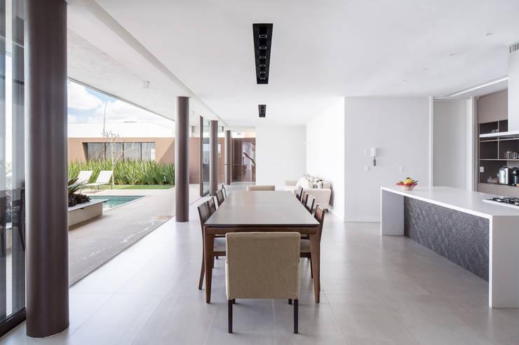 Casa R&D - Esquadra Arquitetos + Yi arquitetos: Salas de jantar  por Joana França,Moderno