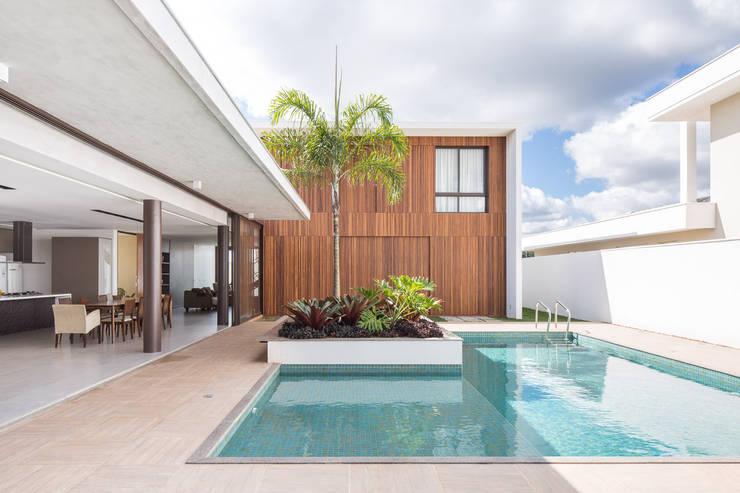 Casa R&D - Esquadra Arquitetos + Yi arquitetos: Casas  por Joana França,Moderno Madeira Efeito de madeira