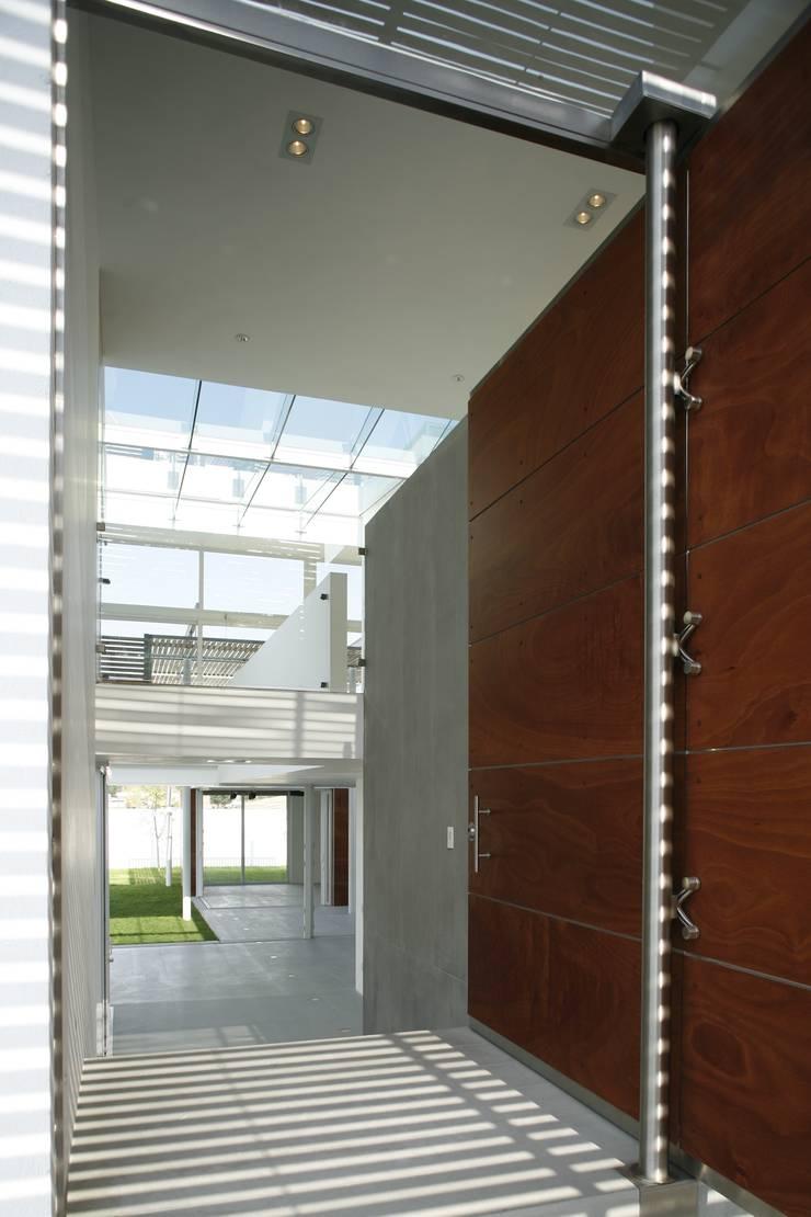 Casa Quince: Pasillos y recibidores de estilo  por Echauri Morales Arquitectos