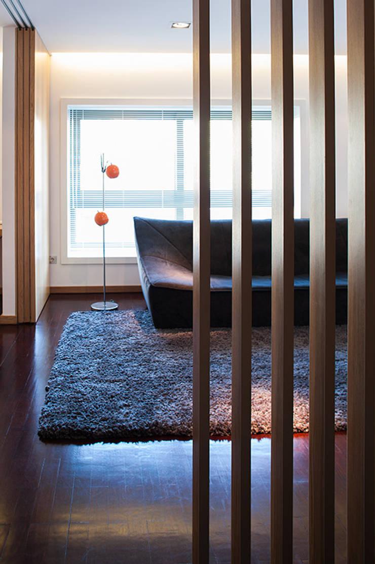 Reforma de apartamento: Corredores e halls de entrada  por PAULO MARTINS ARQ&DESIGN