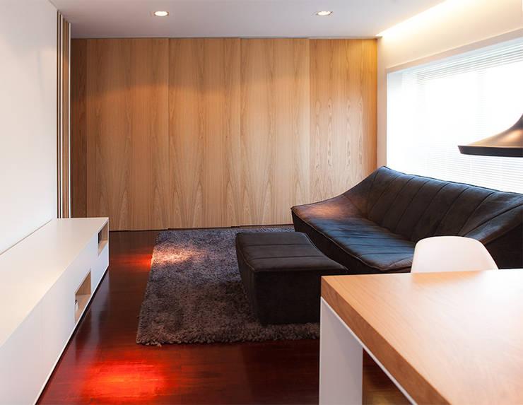 Reforma de apartamento: Salas de estar  por PAULO MARTINS ARQ&DESIGN