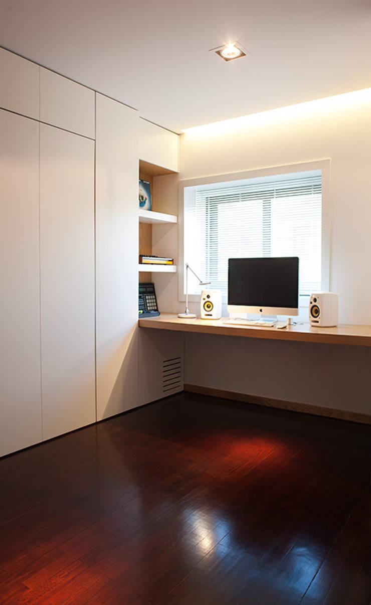 Reforma de apartamento: Escritórios e Espaços de trabalho  por PAULO MARTINS ARQ&DESIGN
