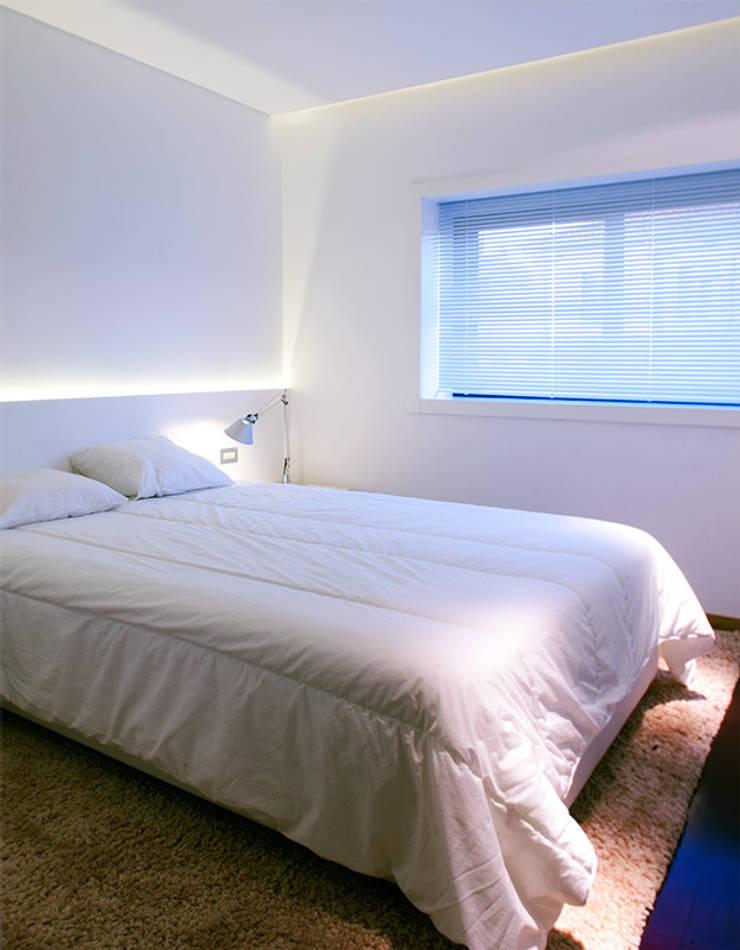 Reforma de apartamento: Quartos  por PAULO MARTINS ARQ&DESIGN