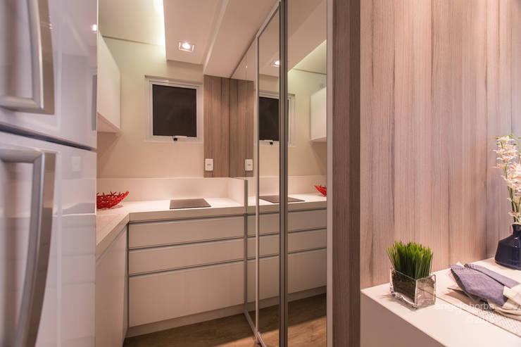 Uso do espelho para ampliar e refletir a luz: Cozinhas modernas por Claudia Stach e Daniela Bordignon Arquitetura