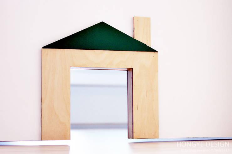 한지붕 두가족이 사는집_38py: 홍예디자인의  창문 & 문