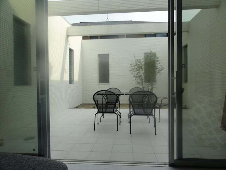 室内と自然: DIOMANO設計が手掛けたテラス・ベランダです。,
