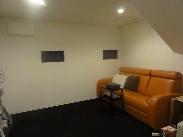 ホームシアター: DIOMANO設計が手掛けた多目的室です。,