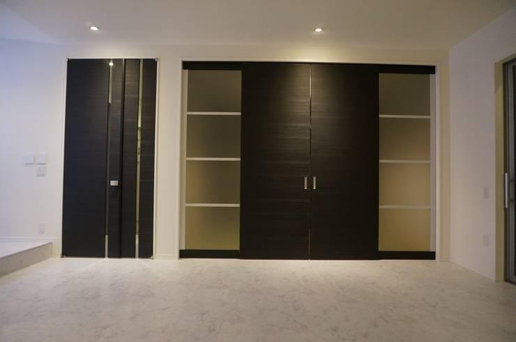 白の中に存在感の大きな黒の扉: DIOMANO設計が手掛けたリビングです。,