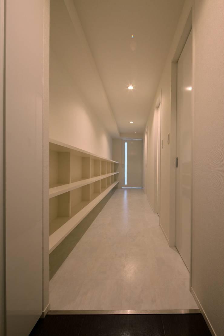 schilf 神宮道: 株式会社アーキネット京都1級建築士事務所が手掛けた廊下 & 玄関です。