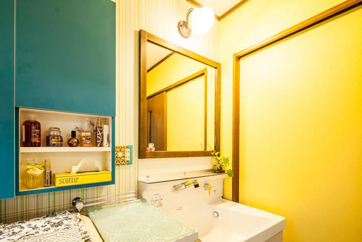 小物使いが素敵なお家: 株式会社コリーナが手掛けた浴室です。,