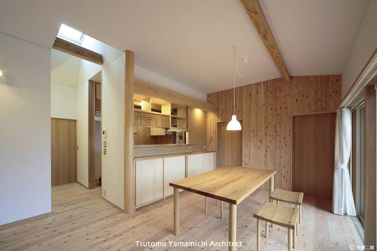 遠くを見る家~中津 6つの庭をもつ住まい~: 山道勉建築が手掛けたダイニングです。