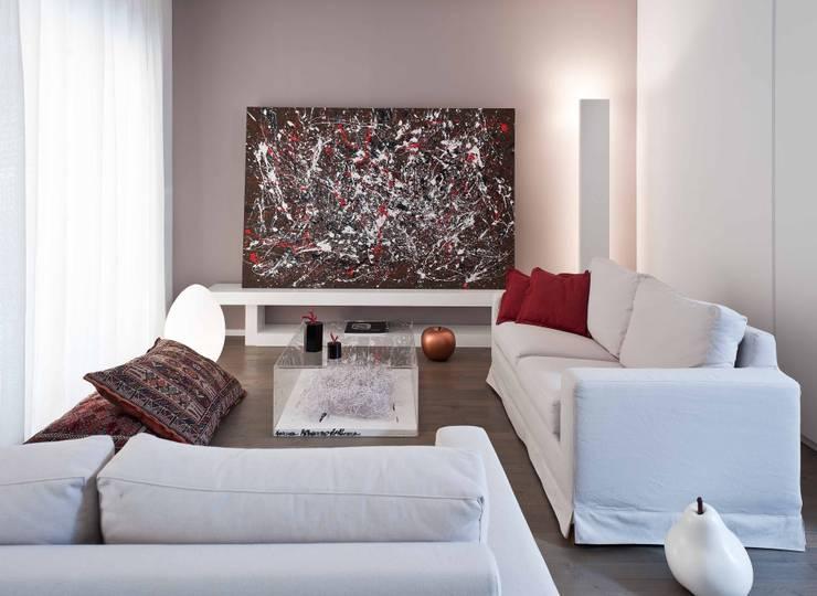 Ristrutturazione di un appartamento a Napoli: Soggiorno in stile in stile Minimalista di architetto Lorella Casola