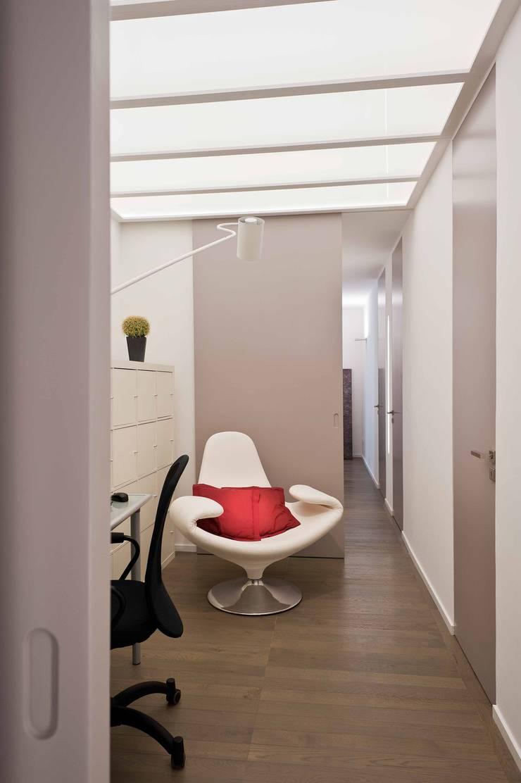 Corridor & hallway by architetto Lorella Casola, Minimalist
