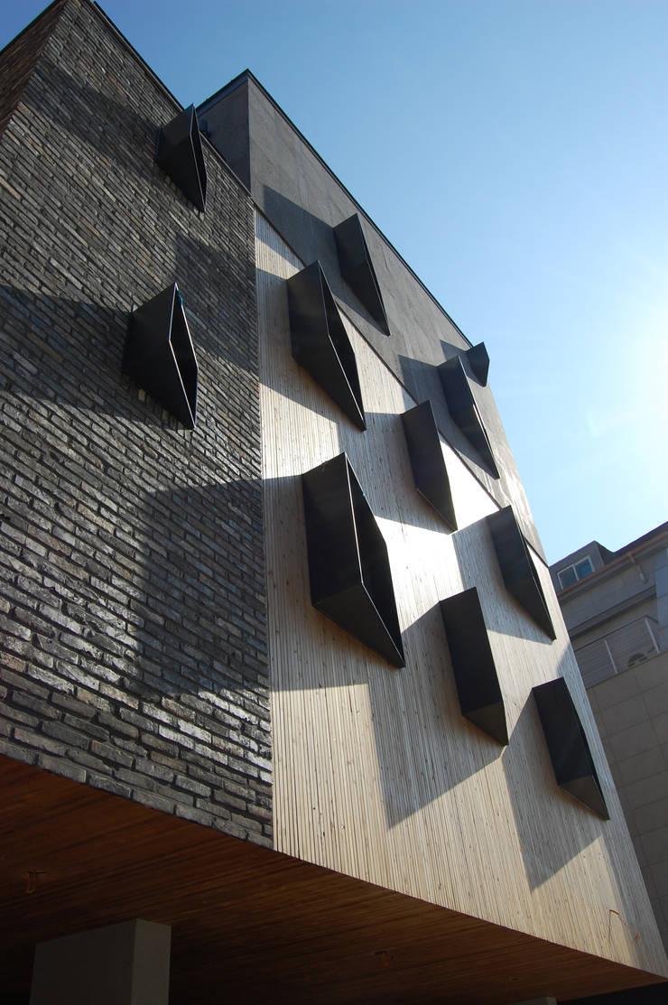 온유재 溫裕齋 _ 광명 일직동 상가주택: AAG architecten의  주택