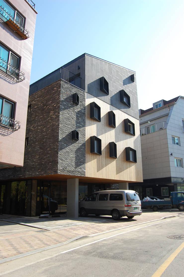 온유재 溫裕齋 _ 광명 일직동 상가주택: AAG architecten의  주택,모던