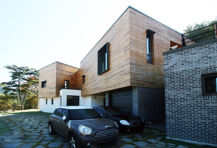 예산휘헌_ 언덕을 넘은 해가 들어오는 집: SDL 신정엽디자인연구소 의  주택