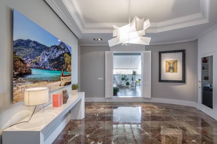 Corridor, hallway by Laura Yerpes Estudio de Interiorismo