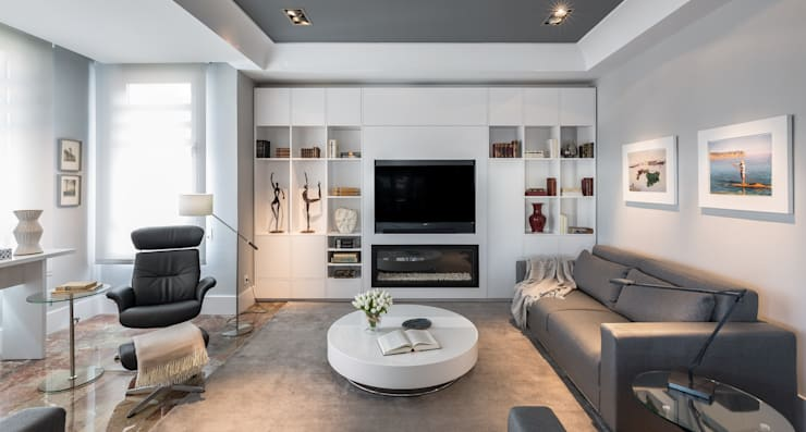Salón luminoso en blancos y grises: Salones de estilo ecléctico de Laura Yerpes Estudio de Interiorismo