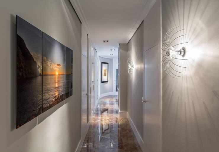 Pasillo más funcional y luminoso: Pasillos y vestíbulos de estilo  de Laura Yerpes Estudio de Interiorismo
