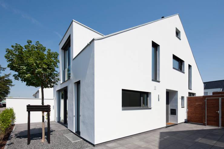 Casas de estilo  por Corneille Uedingslohmann Architekten, Moderno