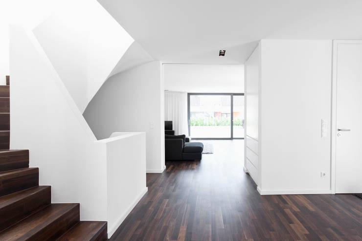 Pasillos y hall de entrada de estilo  por Corneille Uedingslohmann Architekten, Moderno