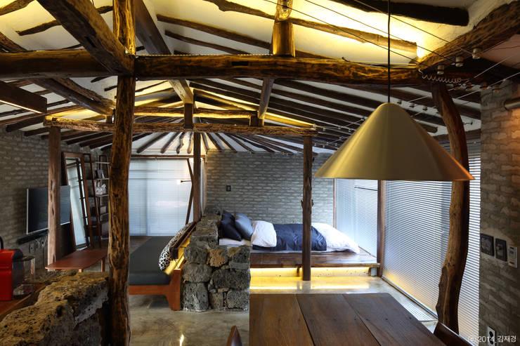 Salas de estar rústicas por Z_Lab
