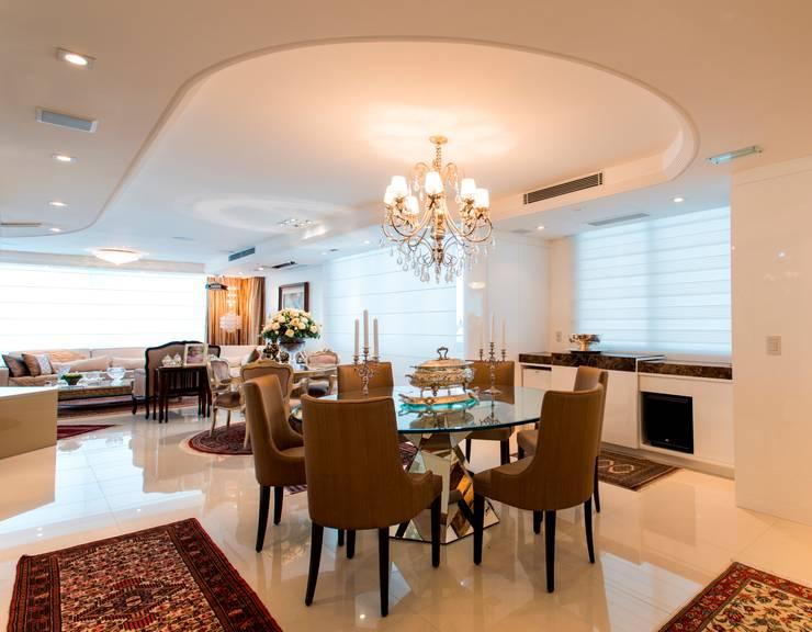 APARTAMENTO BEIRA MAR: Sala de jantar  por Cristine V. Angelo Boing e Fernanda Carlin da Silva